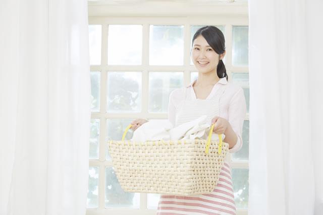 洗濯物を運ぶ主婦