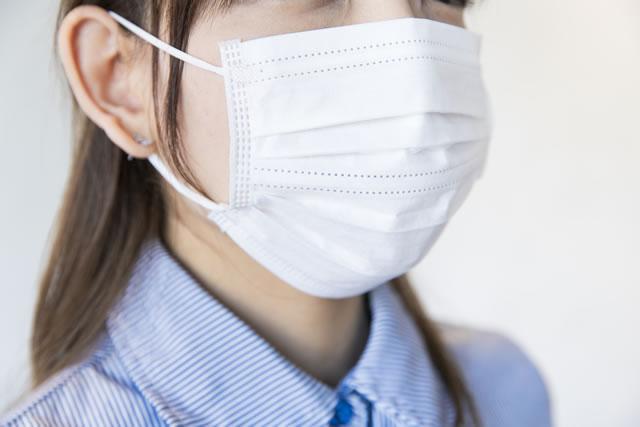 マスクをつけてる女性