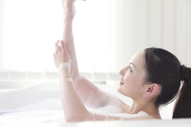 浴槽でリラックスする女性