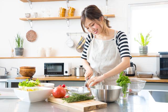 料理する主婦