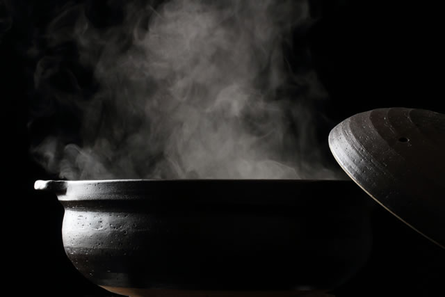 湯気が出ている土なべ