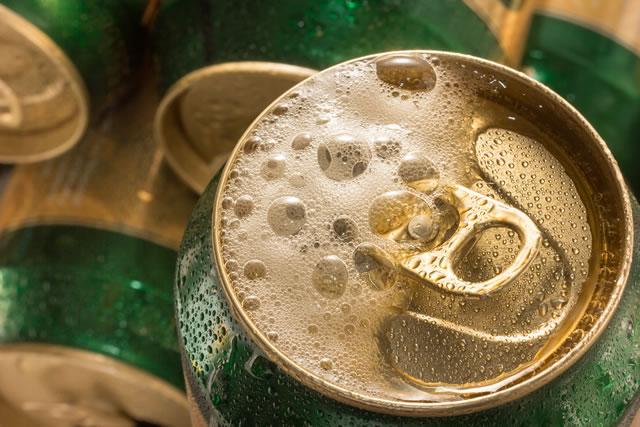 漏れている缶ビール