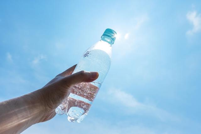 炭酸水を手に持つ様子