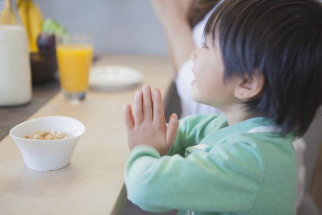 食事の前に手を合わせている男の子