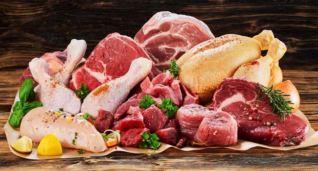 木の台に置かれた複数の生肉