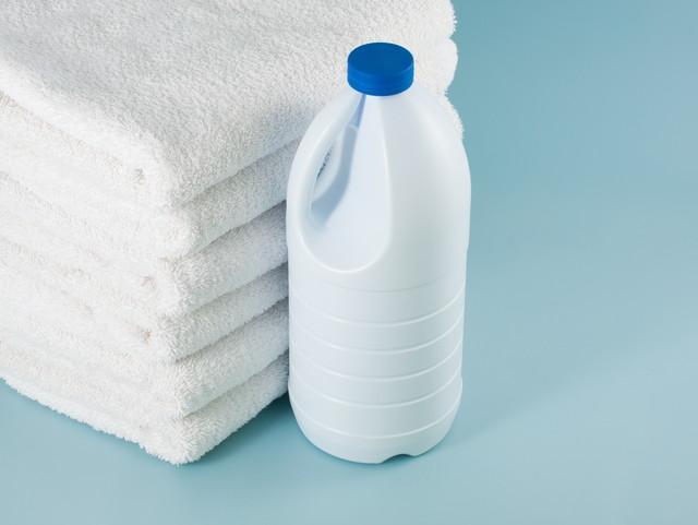 ランドリー洗濯機の漂白剤ボトルとテリータオル