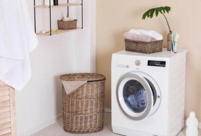 洗濯機と周りに木製のカゴ