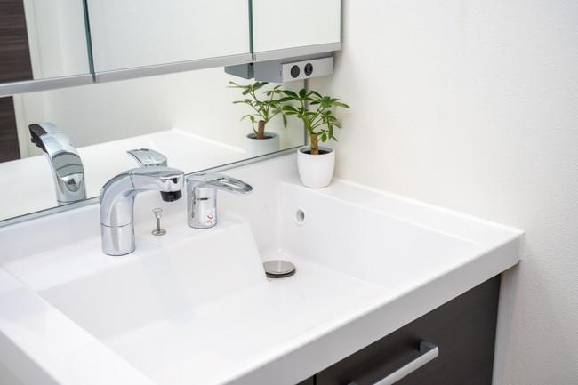 キレイに掃除されている白い洗面台