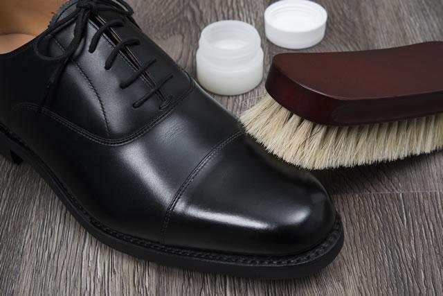革靴とお手入れの道具