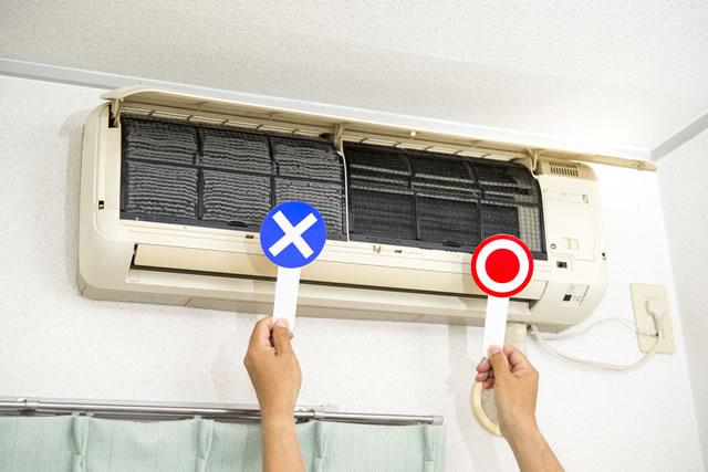 エアコン、汚れたフィルターと清掃したフィルター
