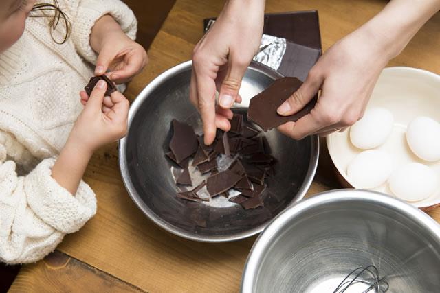 チョコレートを千切る親子