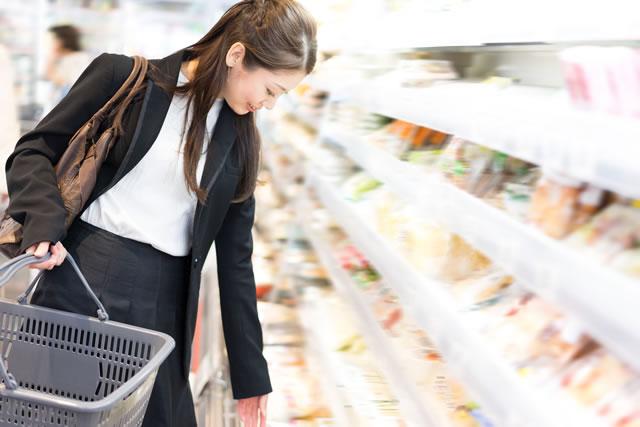 スーパーで買物をする女性