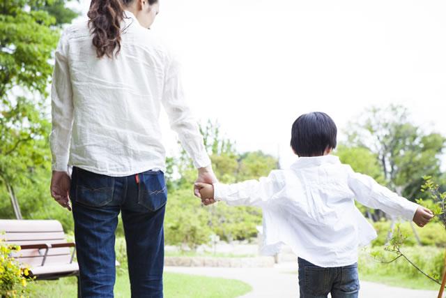 子供と手を繋いで歩く女性