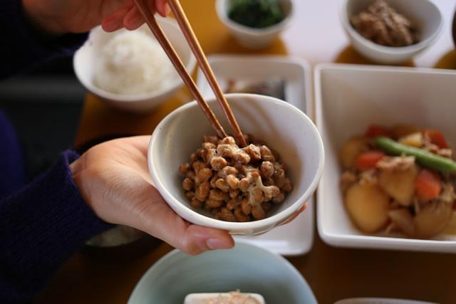 納豆を箸で掴む
