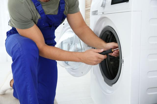 乾燥機を修理する男性