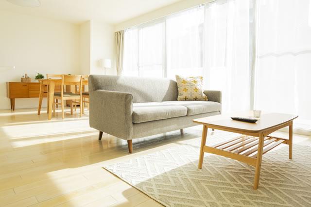 部屋にあるソファとテーブル