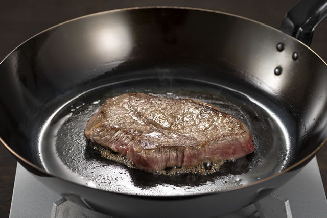 フライパンの上のステーキ