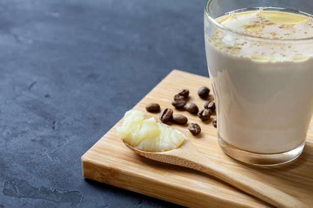 まな板の上のコーヒーとバター