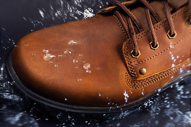 革靴が水を弾いている様子