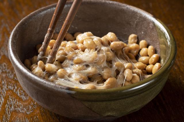 納豆を箸で混ぜる