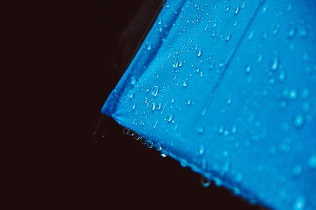 青い傘のアップ