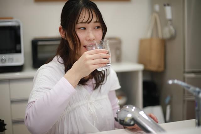 水道水を飲む女性