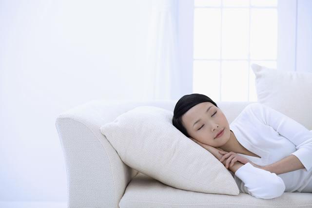 ソファーでうたた寝している女性
