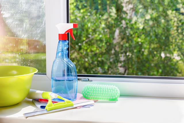 Cleaning agent and tool for cleaning windows .