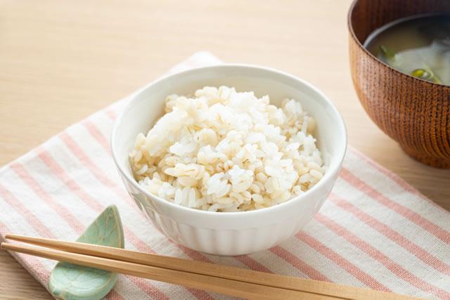茶碗に盛られた麦ごはん