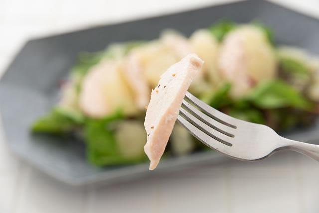 フォークで刺すサラダチキン