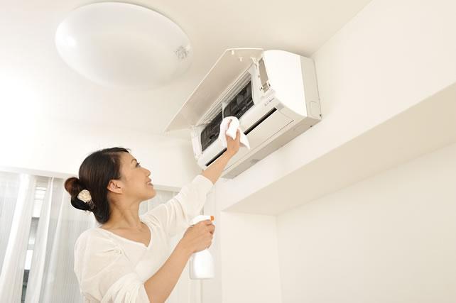 エアコンの掃除をしている日本人の女性