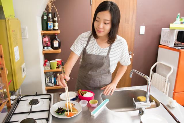 お弁当を作る主婦