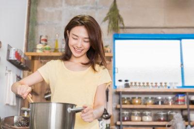 調理する女性、シルバーの鍋