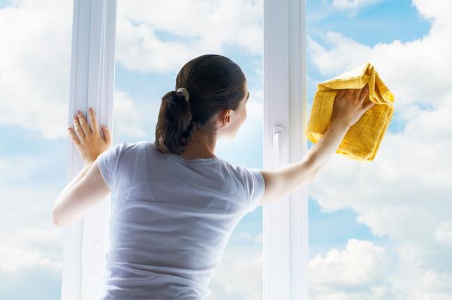 キレイな窓を拭いている女性