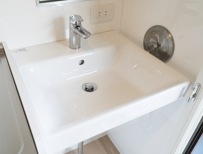 シングルレバーの白い洗面台