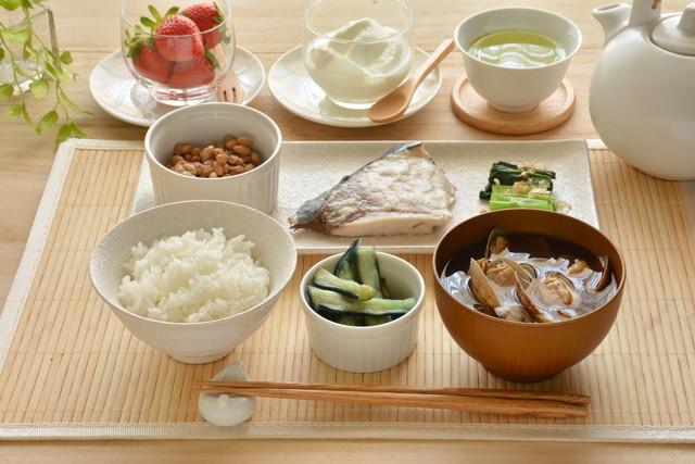 和食とデザート(ごはん 納豆 苺など)