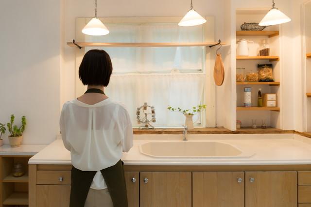 キッチンに立つ女性の後ろ姿