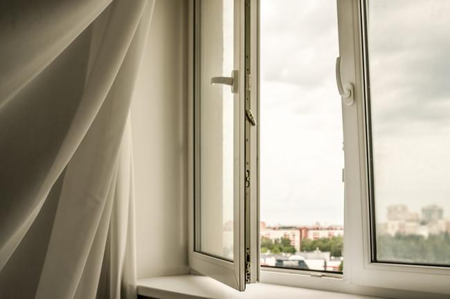 開いたドアと風で揺れるカーテン