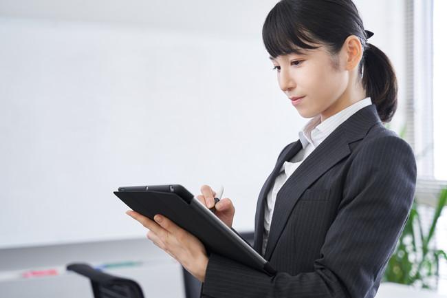 オフィスでヒアリングをする日本人女性ビジネスウーマン