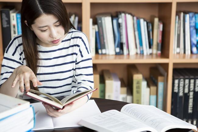 図書室で勉強する女性