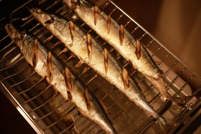 魚焼きグリルの中の焼き秋刀魚