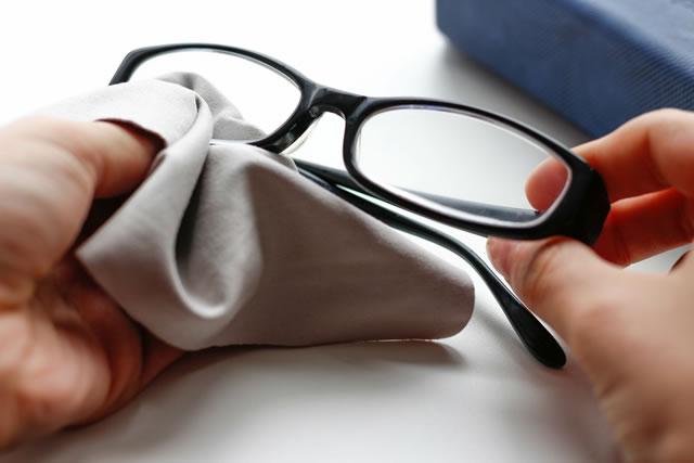 メガネを拭く