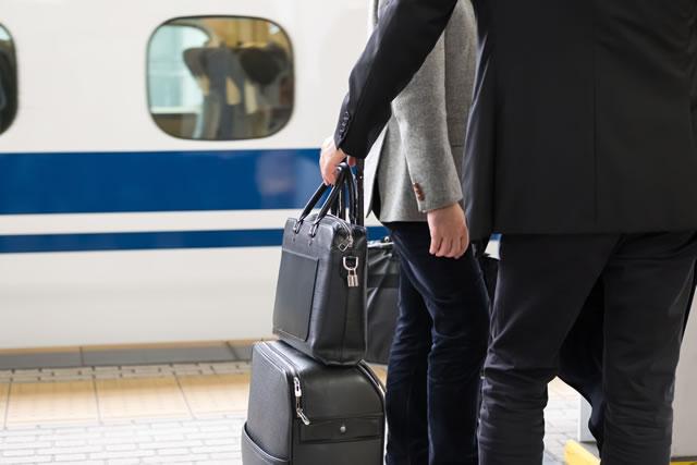 新幹線の乗車を待つサラリーマン