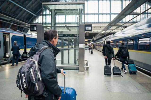 新幹線の乗車を待つ男性