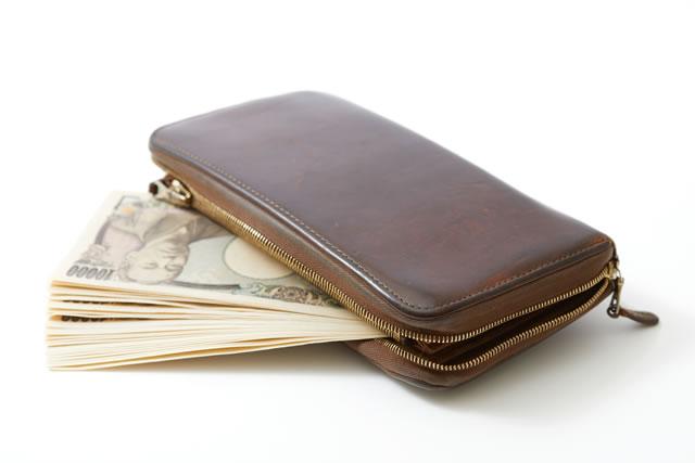 財布からはみ出た一万円札
