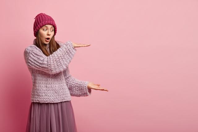 オーバーサイズのニットを着てる女性