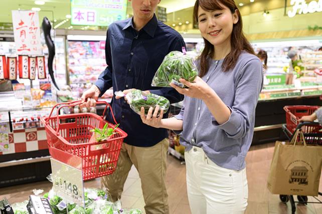 業務スーパーで買物する夫婦