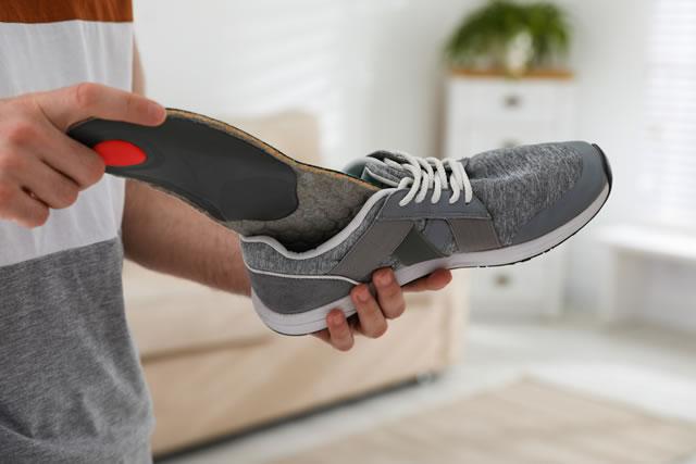 靴にインソールを入れる