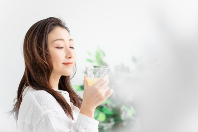 クエン酸を飲む女性