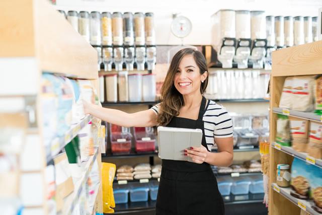 業務スーパー仕入れする女性